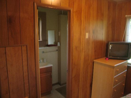 Camp Marigold Garden Cottages & RV Park: door to bath in double/kichette