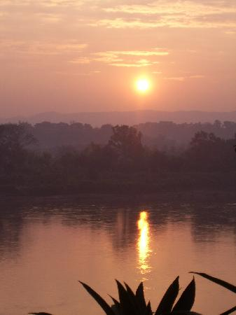 Baan Tammila: Sunrise over the Mekong - view from our room