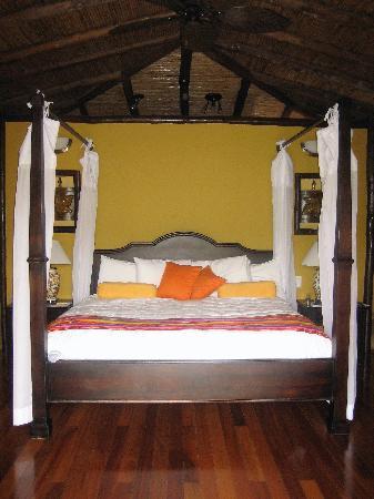 Nayara Resort Spa & Gardens: 4-poster bed