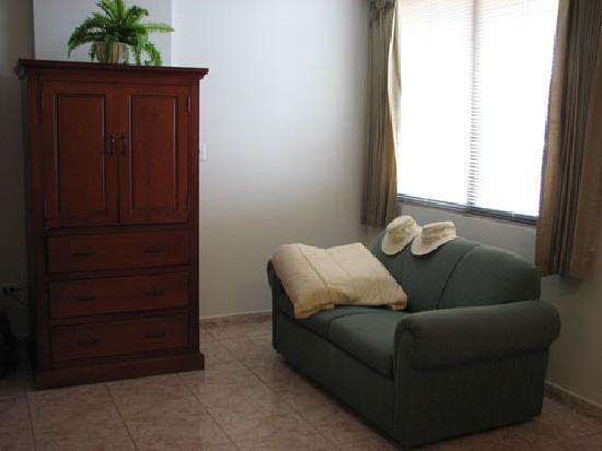 Hotel Coral Suites: Sitting & TV area