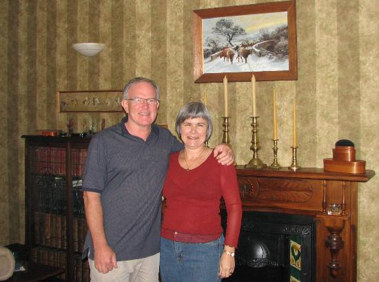 Cobden Garden Homestay: Phil and Rayma in the Cobden Garden living room
