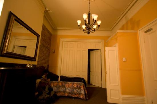 Bed & Breakfast Manoir Mon Calme: Entrance to the ensuite bathroom!