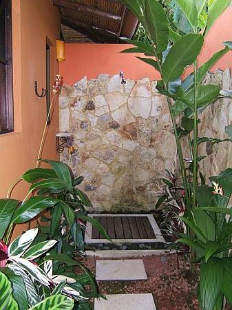 Nayara Resort Spa & Gardens : Outdoor shower
