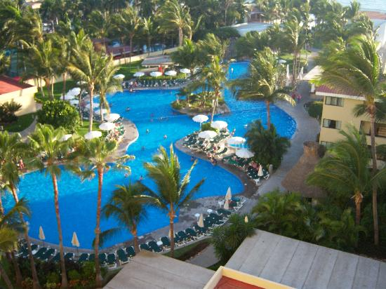 Sea Garden Mazatlan: The pool from our room