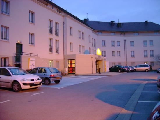 Premiere Classe MLV - Bussy Saint Georges: L'hotel vu du parking