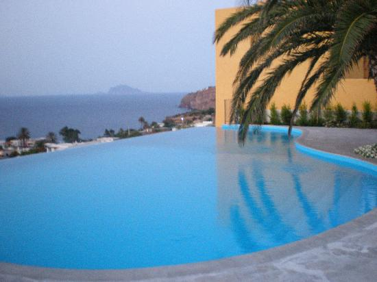 Hotel Ravesi : View from the pool toward the sea