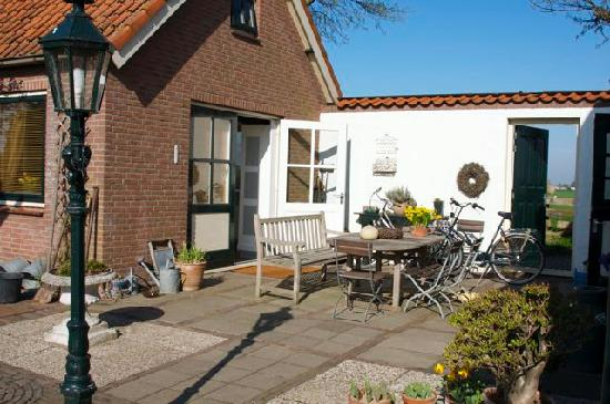 De Zonnehoed: Part of the lovely back garden, and the private apartment