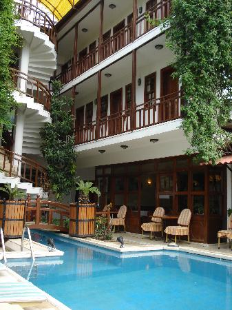 Karyatit Hotel: Karyatit pool and balcony