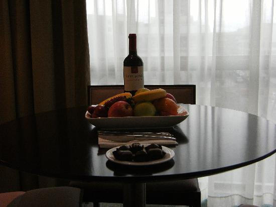Clayton Hotel Cork City: Executive bedroom - fruit chocs and wine