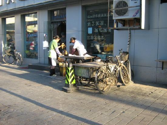 Shatan Hotel: Street scene