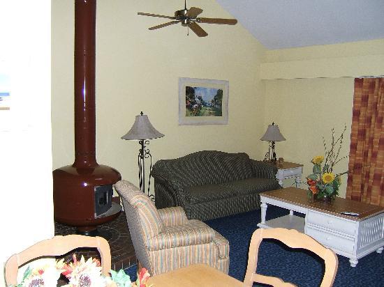 Wyndham Newport Overlook: Living room and fireplace.
