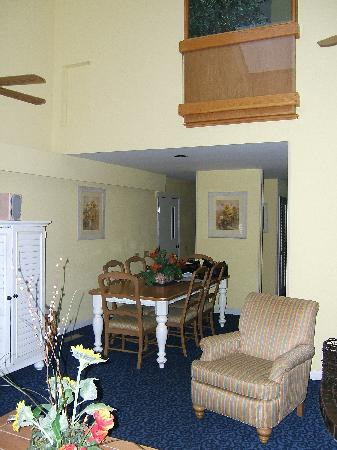 Wyndham Newport Overlook: Other end of the living room, heading to the door, kitchen guest bedroom and bath