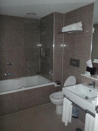 Rye Hotel One Four Nelson Roomy Bathroom