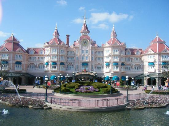 Disneyland Park: Disneyland hotel & main entrance into the park