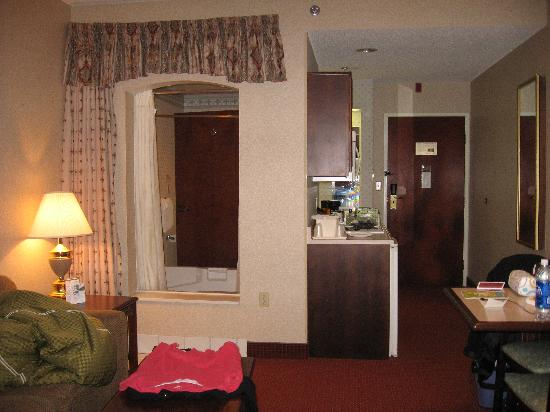Comfort Suites: Kitchenette/jacuzzi (taken from living area)