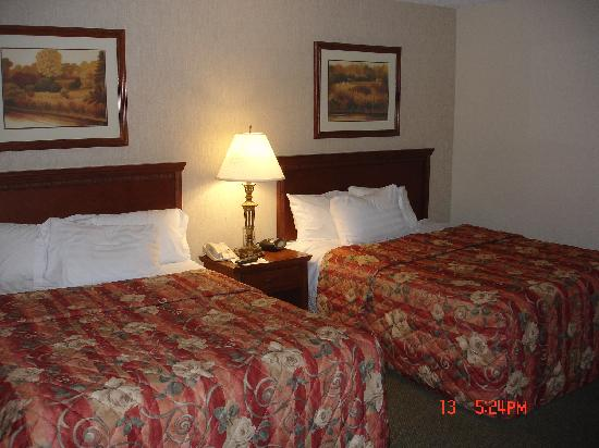 Drury Inn & Suites St. Louis-Southwest : Bedroom two queen size beds