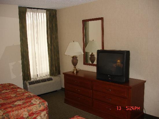 Drury Inn & Suites St. Louis Southwest: TV Bed room