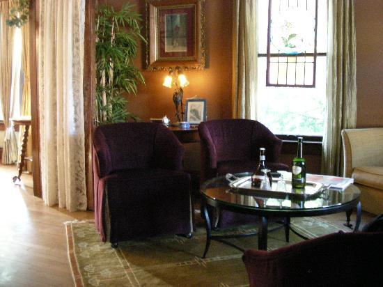First Street Garden Inn: living room