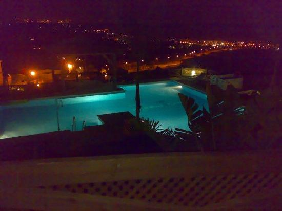 Manilva, Spanien: View of pool area at night