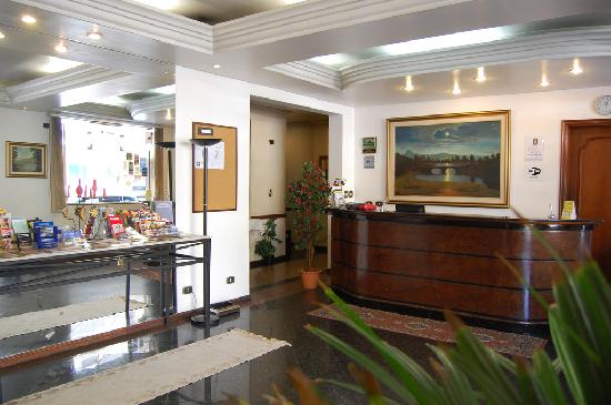 Hotel Golden Star: Front Desk