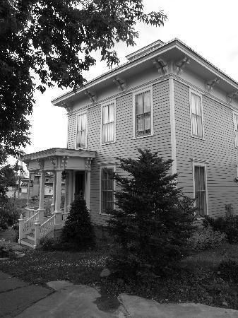 Captain Visger House: side view of inn