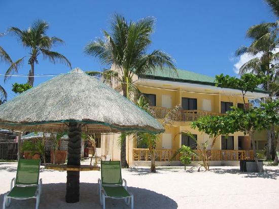 Marlin's Beach Resort: Blick vom Strand auf die Seaview-Rooms