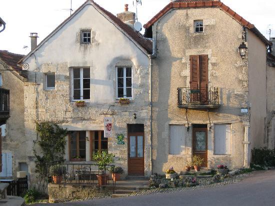 Flavigny-sur-Ozerain, France: L'Ange Souriant in primavera