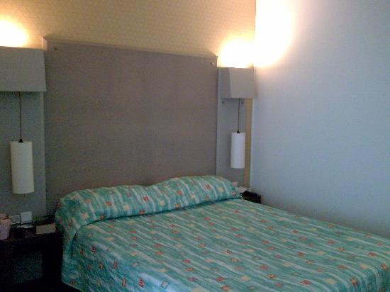 Hotel des Trois Couronnes: Bed
