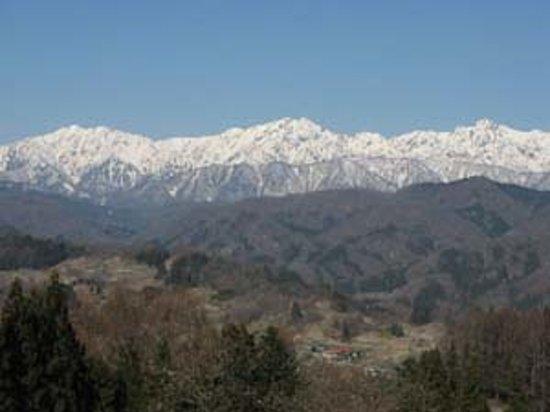 Ogawa-mura, Japonia: 長野県小川村から見られる4月上旬の北アルプス連峰です。小川村ではどこからでも北アルプス連峰がみられます。ゴールデンウィーク、紅葉シーズンもねらい目。