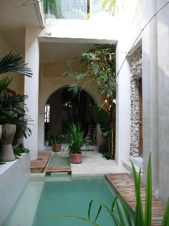 Hotel Casa Lola: View on ground floor corridor and in back entrance hall