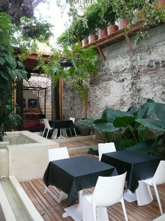 Hotel Casa Lola : Patio with tables for breakfast