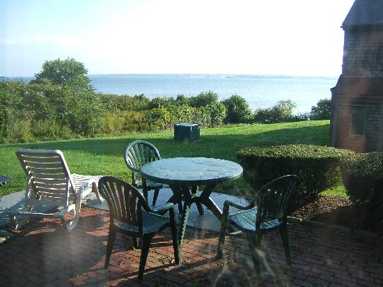 Wyndham Newport Overlook: Wonderful view and patio for outdoor dining.