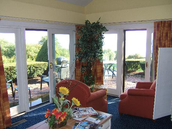 Wyndham Newport Overlook: Spacious living room with view and comfortable newer furniture.