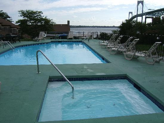 Wyndham Newport Overlook: Pool (unheated) with hot tub.