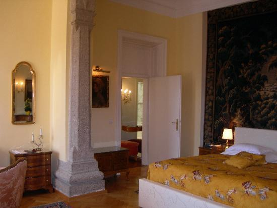 Hotel Schloss Monchstein : View to dressing area