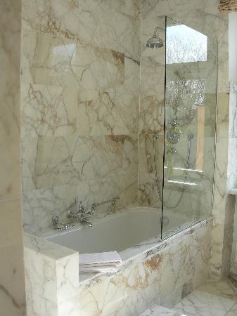 Hotel Schloss Monchstein: Bathtub