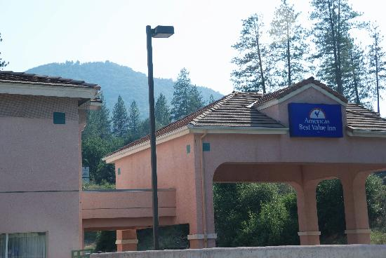 Americas Best Value Inn Yosemite-Oakhurst : Hotel entrance, from the pool