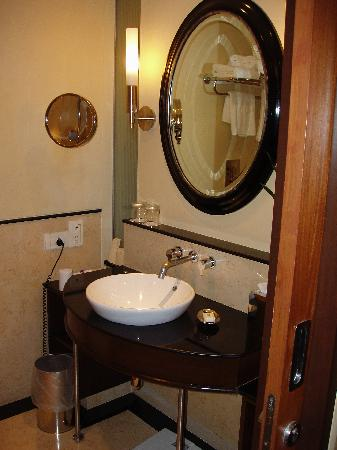 Vivanta by Taj - President, Mumbai: Bathroom