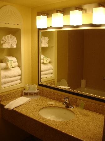 Holiday Inn Express Dinuba West: Bathroom with granite counters