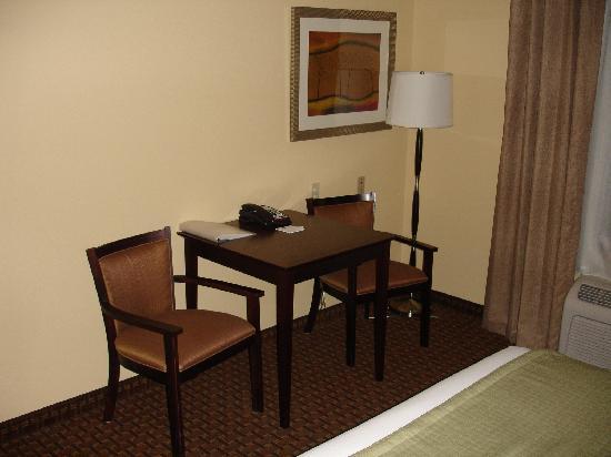 Holiday Inn Express Dinuba West: Not much of a desk, but free high speed internet