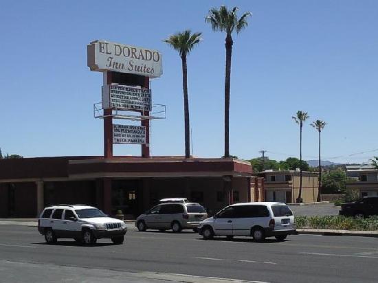 El Dorado Inn: Entrance from gas station across the street