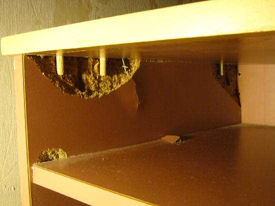 Hotel Du Moulin: furniture falling apart