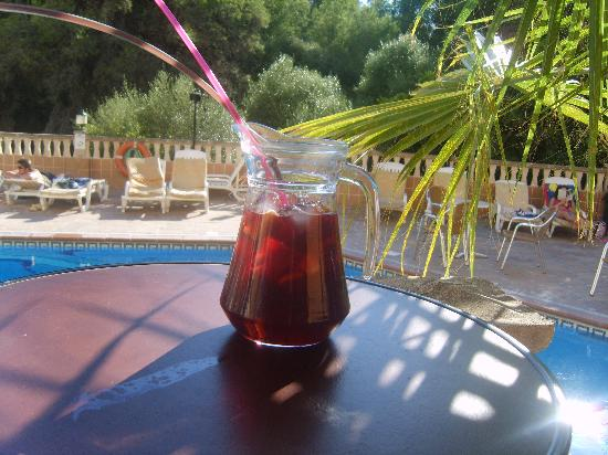 Arenal Pins Hostal: sangria by the pool
