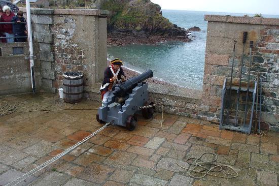 Norfolk Lodge Hotel : Cannon firing demonstration at Fort Elizabeth