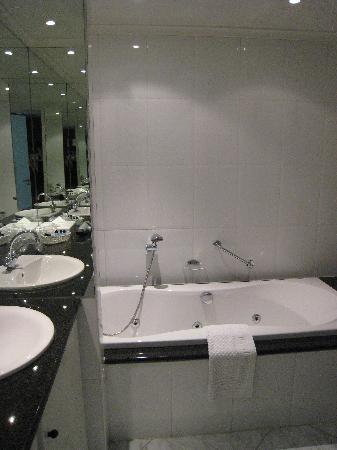 Amrath Hotel Born-Sittard Thermen: spotless bathroom