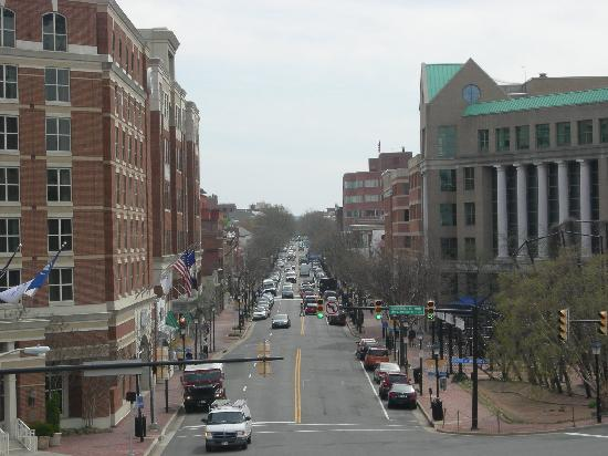Hampton Inn Alexandria - Old Town/King Street Metro: King Street from the Metro - Hampton on right just beyond the green roof building