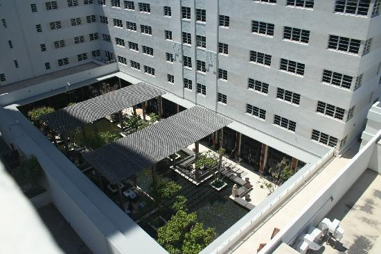Seagull Hotel Miami Beach: Courtyard restaurant next door--very loud at night