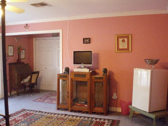 Elaine's Hollywood Bed and Breakfast: Pink Room