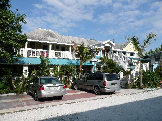 La Veranda Bed & Breakfast: Side of inn with parking area