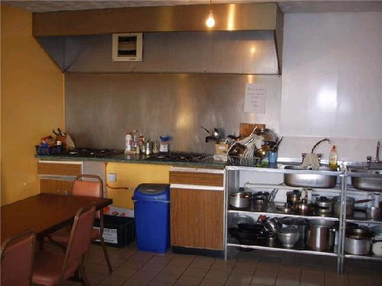 Donegal Town Independent Hostel: Fully equipped kitchen